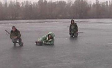 Днепропетровские спасатели сняли с льдины 4 рыбаков