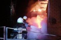 Утром в Павлограде горел дачный дом: пламя вырывалось из окон и крыши (ФОТО)