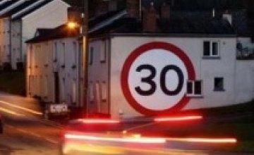 Британец изготовил 4-метровый дорожный знак для непонятливых водителей