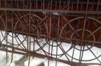 В Днепре трое мужчин похитили могильную ограду (ФОТО)