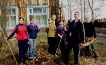 Сотрудники «Приватбанка» убрали косу на жилмассиве Победа