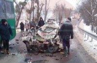 Под Киевом маршрутный автобус столкнулся с легковым автомобилем: 3 человека погибло (ФОТО)