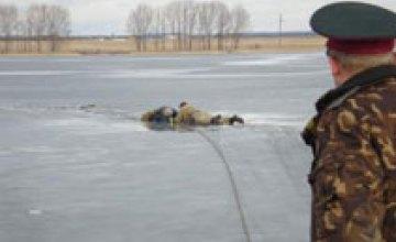 В Запорожской области мать с 13-летней дочерью провалились под лед в 800 м от берега