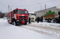В Каменском застрявшие в снегу фуры перегородили движение трамвая (ФОТО)