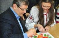 Юные мастера Петриковской росписи учили Александра Вилкула народному искусству