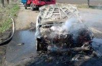 На Днепропетровщине сгорела иномарка: по прибытию пожарных огонь полностью уничтожил автомобиль (ФОТО)