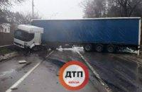 В Киеве фура раздавила «Рено»: водитель погиб (ФОТО)