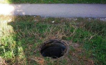 На ж/м Парус ночью массово сняли крышки канализационных люков (ФОТО)