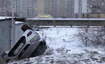 В Киеве возле Московского моста автомобиль вылетел с дороги (ФОТО)