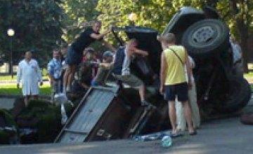 В центре Днепропетровска провалился грузовик (ОБНОВЛЕНО)