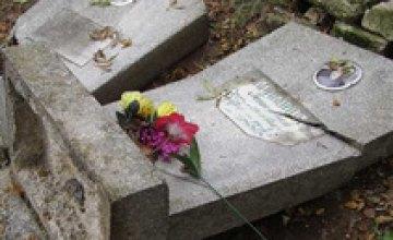 На кладбищах Киева скоро заговорят памятники