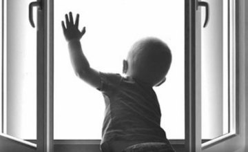 На Днепропетровщине 2-х летний ребенок выпал из окна