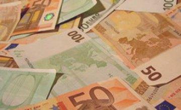 Евро продолжает падать на межбанке