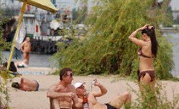 Пляж на Комсомольском острове перегружен отдыхающими