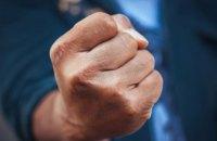 В Пятихатках трое мужчин накинулись с кулаками на своих знакомых: пострадавшие госпитализированы