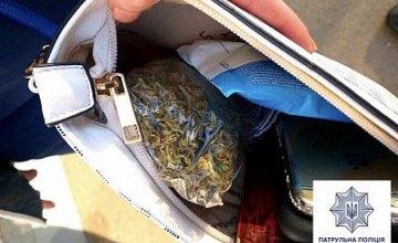 На Днепропетровщине около супермаркета задержали женщину с сумкой, полной марихуаны