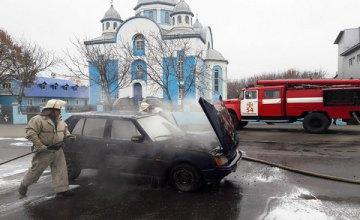 На Днепропетровщине посреди райцентра сгорел автомобиль (ФОТО)