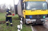 ДТП на Днепропетровщине: грузовик снес ограждение, а затем застрял на железнодорожном переезде (ФОТО)