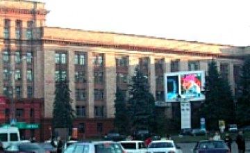 Огонь против рекламы: в центре Днепропетровска сожгли информационный экран