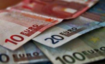 На межбанке значительно подешевел евро