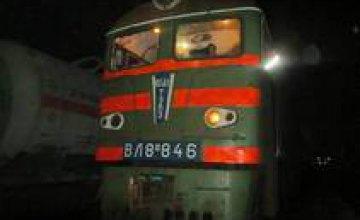 В Синельниково на ж/д станции школьники на ходу забросали поезд камнями