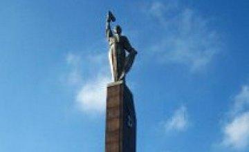 Губернатор Виктор Бондарь дал задание закончить реконструкцию памятника Славы до 10 сентября