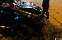На Днепропетровщине внедорожник на большой скорости снес дорожные знаки и ограждение (ФОТО)