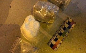 В Днепре во время проверки салона авто нарушителя парковки патрульные обнаружили наркотики