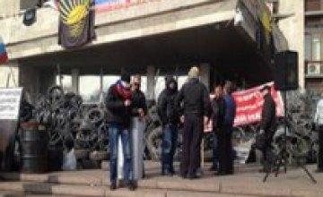 Сепаратисты, захватившие СБУ в Луганской области, заминировали здание и удерживают около 60 заложников