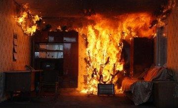 В Днепре спасатели вынесли из пылающей квартиры пенсионера