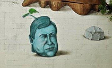 Изображение человека, похожего на Януковича, появилось на доме в Майями
