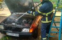 В Никополе около многоэтажки вспыхнул автомобиль (ФОТО)
