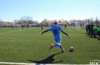 На новом поле  в Магдалиновке сборная Днепропетровской ОГА и местная команда школьников провели товарищеский матч (ФОТО)