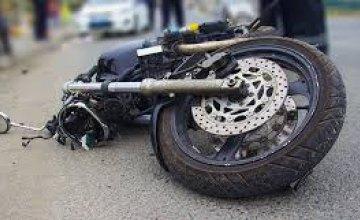 В Никополе мотоциклист въехал в гаражные ворота и получил травмы, несовместимые с жизнью