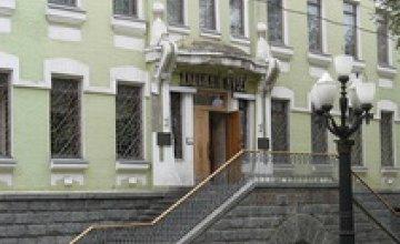 Нашедшая клад жительница Днепропетровска передала часть картин музею