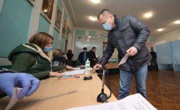 Борис Філатов: «На виборчих дільницях дотримано всіх карантинних заходів, а комунальники розчистили від першого снігу дороги та тротуари»