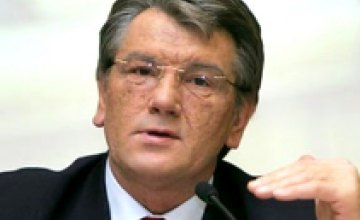 Виктор Ющенко осматривает линию производства аккумуляторов «Веста»