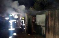 В Кривом Роге 10 спасателей тушили горящие деревянные сараи (ФОТО)