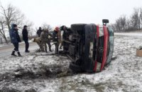 Водитель не справился с управлением: на Днепропетровщине «Mercedes-Benz» перевернулся на бок