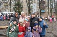 Добрый, душевный и хороший праздник: жители ж/м 12 квартал поделились своими впечатлениями от высадки новой ёлки в сквере «Снежинка»