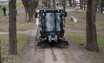 Весняне прибирання: спецтехніка очистила дороги на Запорізькому шосе, а комунальники привели до ладу зелену зону