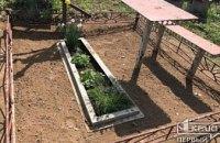 Криворожанка пыталась украсть на кладбище металлические лавки и стол
