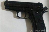 На Днепропетровщине мужчина, угрожая пистолетом продавцу, ограбил магазин