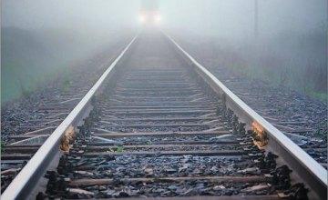 Сидела на рельсах: в Днепре поезд сбил 30-летнюю женщину