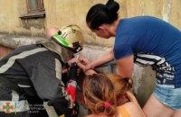 В Кривом Роге дети пристегнули свою мать наручниками к трубе