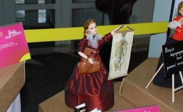 У холі Дніпровської міськради відкрили виставку ляльок «Barbie: пані України»