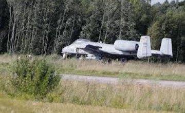 В Эстонии самолет США сел на трассу (ФОТО)