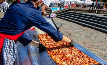У Дніпрі на День міста встановили національний рекорд з випікання піци в українському орнаменті