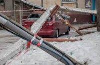 В Днепре столб и труба теплотрассы рухнули на автомобиль таксиста (ВИДЕО)