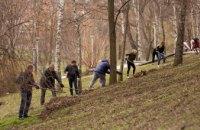 Весняне прибирання: працівники виконавчих органів міськради очистили територію парку Глоби